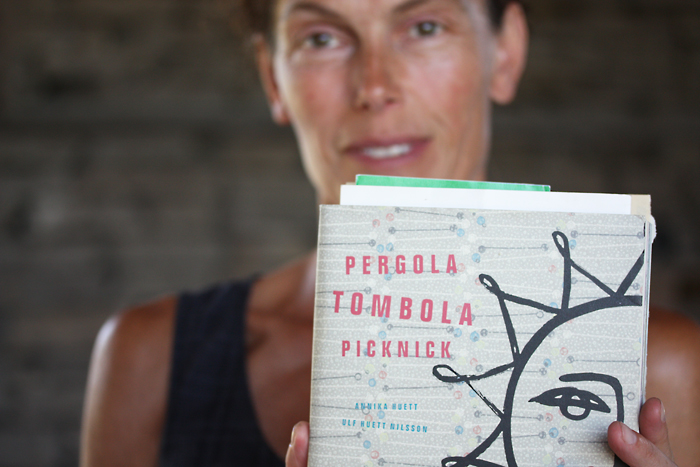 """Annika Huett med boken """"Pergola, tombola, picknick"""""""